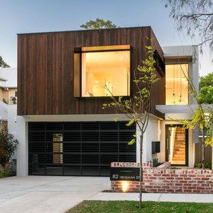 Imagen de fachada blanca, industrial, de tamaño medio, de dos plantas, con revestimiento de madera