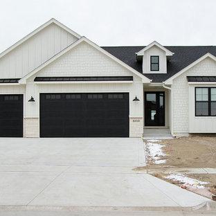 Country exterior home idea in Cedar Rapids