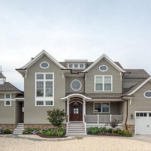 Diseño de fachada de casa gris, costera, de dos plantas, con revestimiento de madera, tejado a dos aguas y tejado de teja de madera