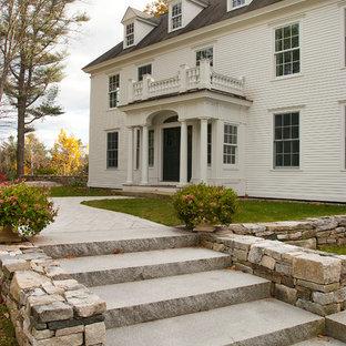 Inspiration för ett mycket stort vintage vitt hus, med sadeltak och tak i shingel