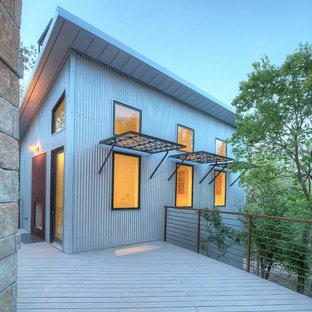 Exemple d'une façade métallique industrielle avec un toit en appentis.