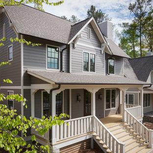 Foto de fachada gris, tradicional, de tamaño medio, de dos plantas, con tejado a dos aguas