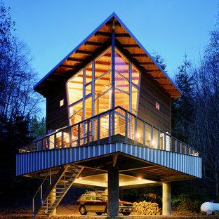 Ispirazione per la facciata di una casa contemporanea con rivestimento in metallo