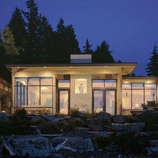 Asian Exterior by DENNY & SVETLIK architects