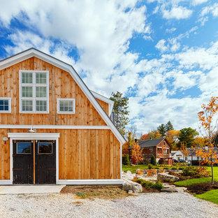 Diseño de fachada de casa beige, campestre, de tamaño medio, de dos plantas, con revestimiento de madera, tejado a doble faldón y tejado de metal