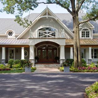 Modelo de fachada gris, clásica, extra grande, de dos plantas, con revestimiento de vinilo y tejado de varios materiales