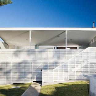 Esempio della facciata di una casa bianca moderna a un piano di medie dimensioni con tetto piano
