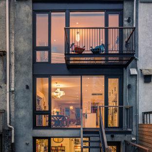 ニューヨークのエクレクティックスタイルのおしゃれな三階建ての家 (漆喰サイディング、タウンハウス) の写真