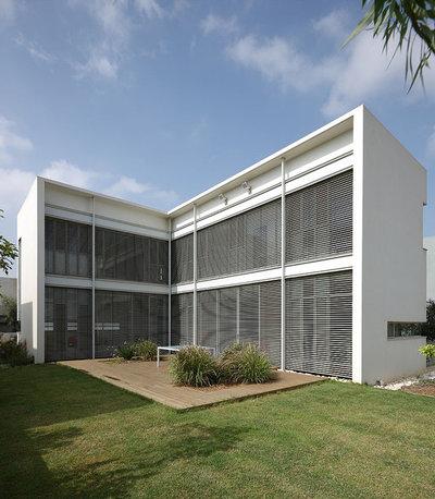 Moderno Fachada by Amitzi Architects