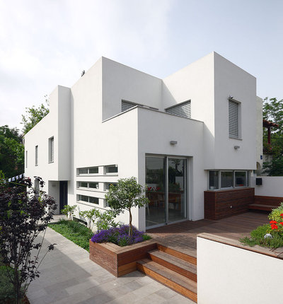 Modern Exterior by Amitzi Architects