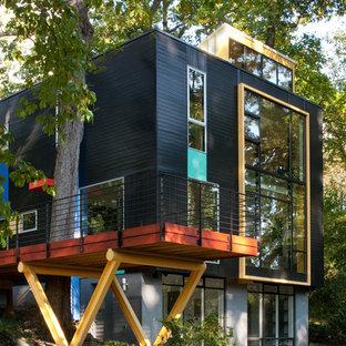 Imagen de fachada negra, minimalista, de tres plantas