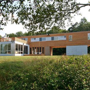 Imagen de fachada de casa multicolor, escandinava, de dos plantas, con revestimientos combinados y tejado plano