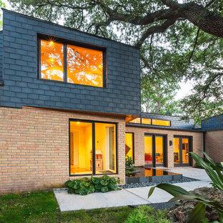 Idéer för att renovera ett stort funkis rött hus, med två våningar, blandad fasad och platt tak