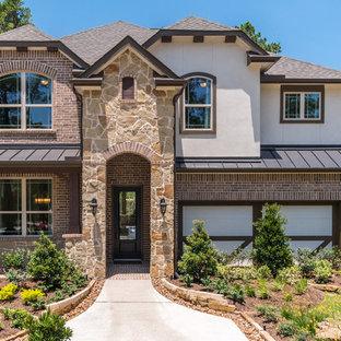 ヒューストンのコンテンポラリースタイルのおしゃれな家の外観 (レンガサイディング、茶色い外壁、半切妻屋根、戸建、板屋根) の写真