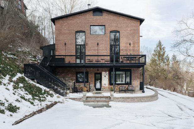 Фасад дома by McNamara Carpentry Inc.