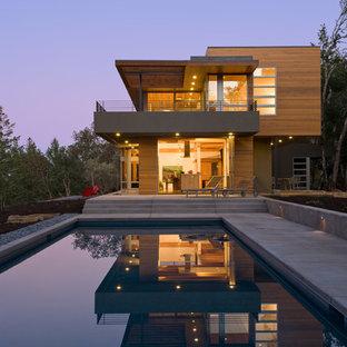 Modelo de fachada moderna, de tamaño medio, de dos plantas, con revestimiento de madera y tejado plano