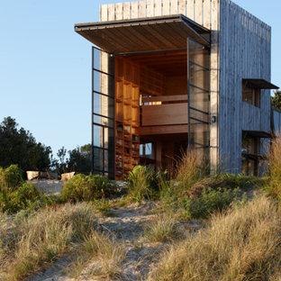 Kleines, Zweistöckiges Maritimes Haus mit Holzfassade und Flachdach in Auckland