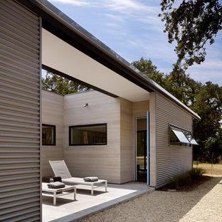Aménagement d'une petite façade métallique grise moderne de plain-pied avec un toit plat.
