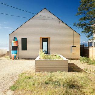 バーリントンの小さい北欧スタイルのおしゃれな家の外観 (木材サイディング) の写真