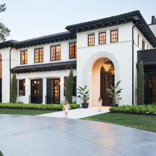 Свежая идея для дизайна: двухэтажный, белый частный загородный дом в средиземноморском стиле с вальмовой крышей, черепичной крышей и черной крышей - отличное фото интерьера