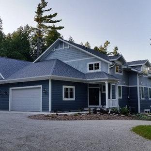 Diseño de fachada de casa bifamiliar gris, ecléctica, extra grande, de tres plantas, con revestimientos combinados, tejado a dos aguas y tejado de teja de madera
