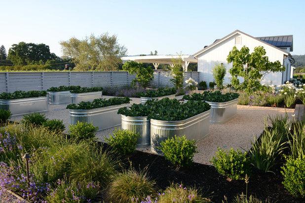 Landhausstil Häuser by Shades Of Green Landscape Architecture