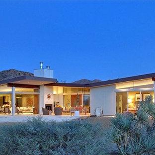 Пример оригинального дизайна: одноэтажный, белый дом среднего размера в стиле ретро с крышей-бабочкой