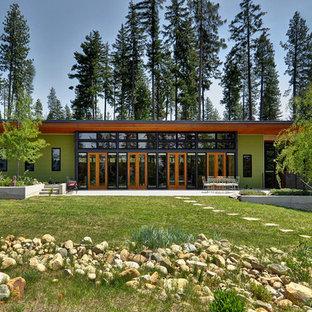 На фото: одноэтажный, зеленый дом в современном стиле с