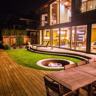 Ispirazione per la facciata di una casa grande marrone contemporanea a due piani con rivestimenti misti