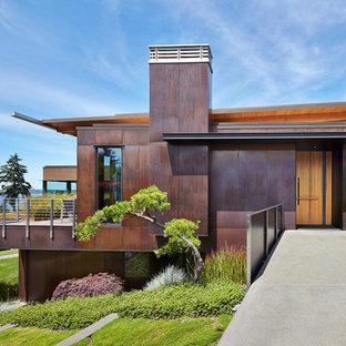 Inspiration för ett mellanstort industriellt brunt hus, med metallfasad, två våningar och pulpettak