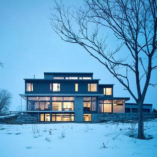 Immagine Della Facciata Di Una Casa Unifamiliare Ampia Grigia Moderna A Due  Piani Con Rivestimenti Misti