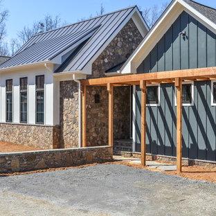 Idee per la facciata di una casa unifamiliare ampia blu country a due piani con rivestimenti misti e copertura mista