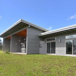 Foto de fachada de casa gris, urbana, grande, de una planta