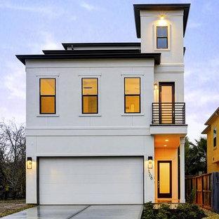 Modelo de fachada blanca, tradicional renovada, a niveles, con revestimiento de estuco y tejado plano