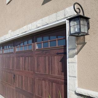Foto della facciata di una casa unifamiliare grande marrone classica a due piani con rivestimenti misti, tetto a padiglione e copertura a scandole