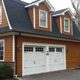 Foto de fachada de casa marrón, campestre, de tamaño medio, de dos plantas, con revestimiento de madera, tejado a doble faldón y tejado de teja de madera