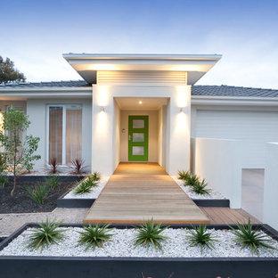 Idées déco pour une petit façade de maison blanche rétro de plain-pied avec un toit à quatre pans.