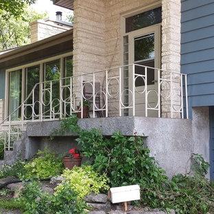 Diseño de fachada azul, ecléctica, de tamaño medio, a niveles, con revestimientos combinados y tejado a dos aguas