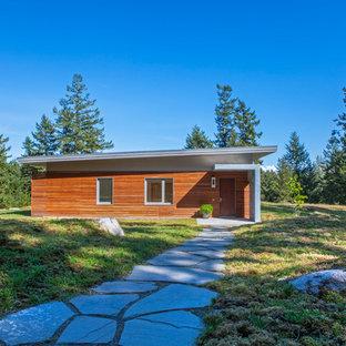 シアトルの中くらいのコンテンポラリースタイルのおしゃれな家の外観 (木材サイディング、茶色い外壁、緑化屋根) の写真