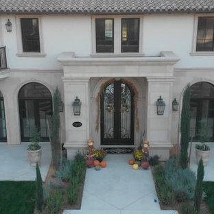 Geräumiges, Zweistöckiges, Weißes, Rotes Mediterranes Einfamilienhaus mit Putzfassade, Walmdach und Ziegeldach in Sacramento