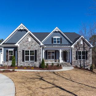 Inspiration för mellanstora amerikanska blå hus, med två våningar, blandad fasad, halvvalmat sadeltak och tak i mixade material
