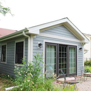 Foto de fachada de casa gris, ecléctica, pequeña, de una planta, con revestimiento de aglomerado de cemento