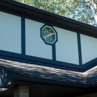 他の地域の中くらいの北欧スタイルのおしゃれな家の外観 (漆喰サイディング、ベージュの外壁) の写真