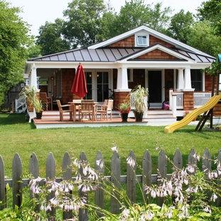 Diseño de fachada de casa marrón, costera, pequeña, de una planta, con revestimiento de madera, tejado a dos aguas y tejado de metal