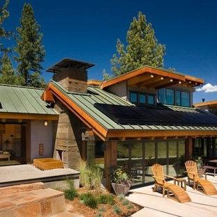 Mittelgroßes, Einstöckiges, Mehrfarbiges Stilmix Einfamilienhaus mit Mix-Fassade, Satteldach und Blechdach in Los Angeles