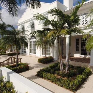 Exempel på ett exotiskt vitt hus, med två våningar