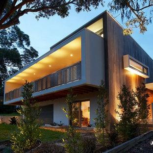 Стильный дизайн: двухэтажный, белый частный загородный дом среднего размера в современном стиле с комбинированной облицовкой, крышей-бабочкой и металлической крышей - последний тренд