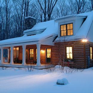 Inspiration för ett litet rustikt hus, med två våningar