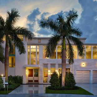 Foto de fachada beige, actual, extra grande, a niveles, con tejado plano y revestimientos combinados