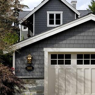 Ispirazione per la facciata di una casa classica con rivestimento in legno